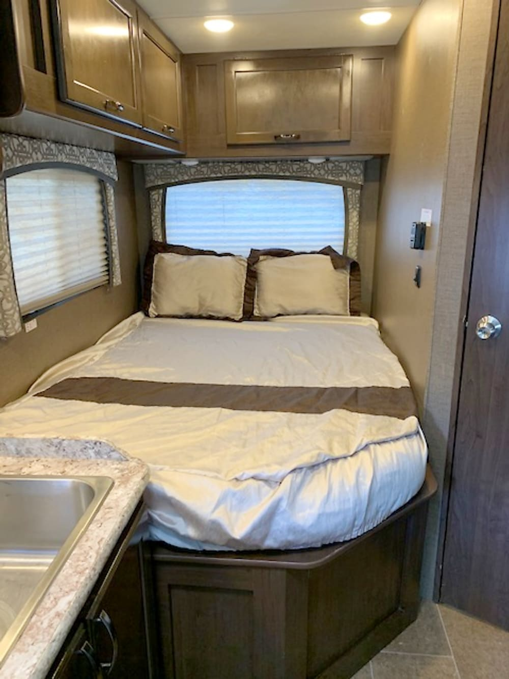 2019 Thor Motor Coach Chateau – Queen Bed