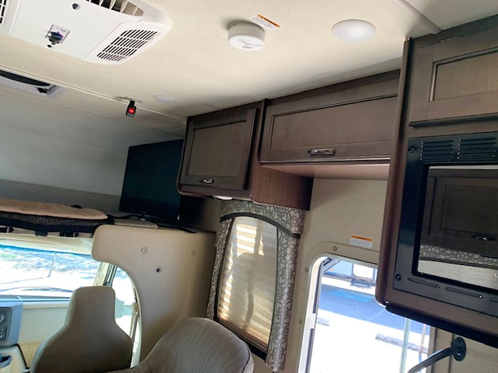 2019 Thor Motor Coach Chateau – Roof-Flip-Up-Cabinets